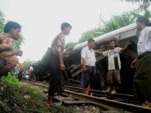https://moemaka.files.wordpress.com/2011/09/yangon-metro-train1.jpg?w=300